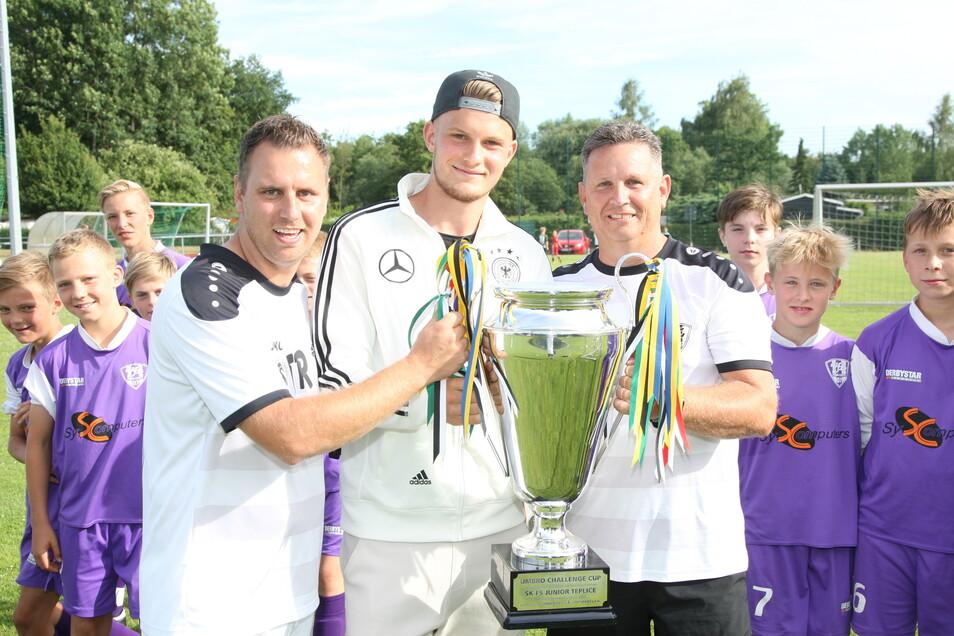 Im Mai 2017 besucht Lukas Mai seine beiden Ex-Trainer Tobias (l.) und Sven Guder, die da im Nachwuchs des VfL Pirna-Copitz arbeiten.