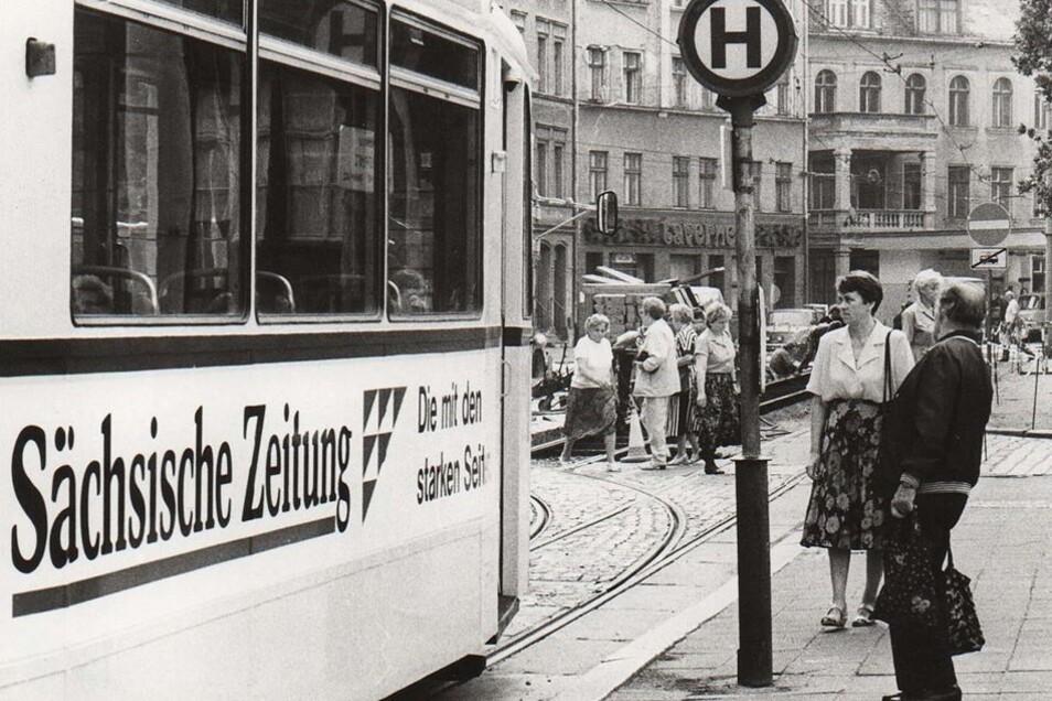 Straßenbahnen vom Typ ET57 bestimmten auch 1990 noch mit das Görlitzer Straßenbild. Als Fahrzeuge für beide Richtungen und Türen auf beiden Seiten waren sie nun vor allem bei Baustellen-Pendelverkehren unentbehrlich.