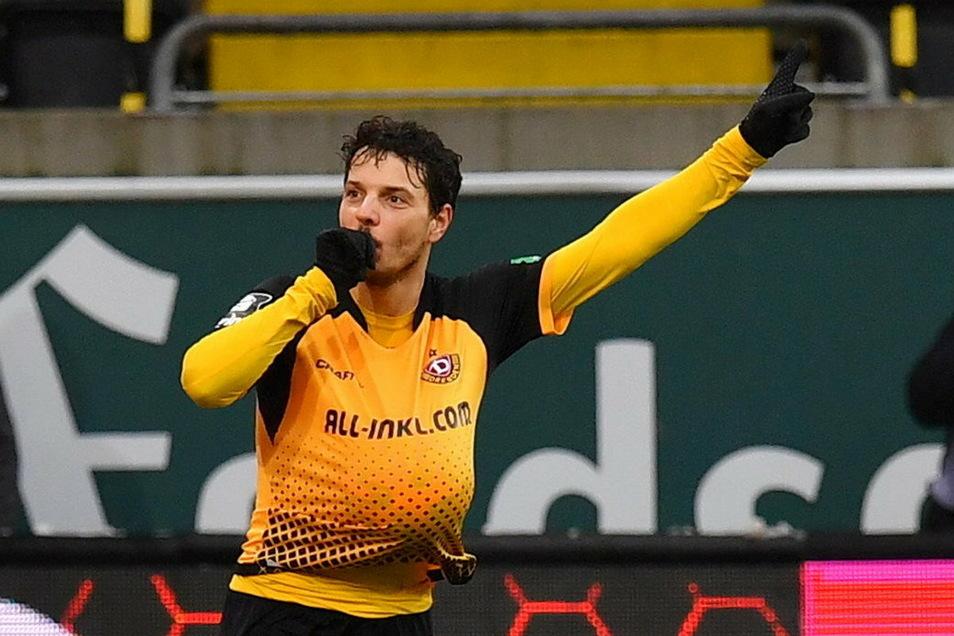 Mit diesem Torjubel deutet Dynamos Angreifer Philipp Hosiner an, dass er sich nicht nur über seine Treffer und den Sieg der Dresdner freut.
