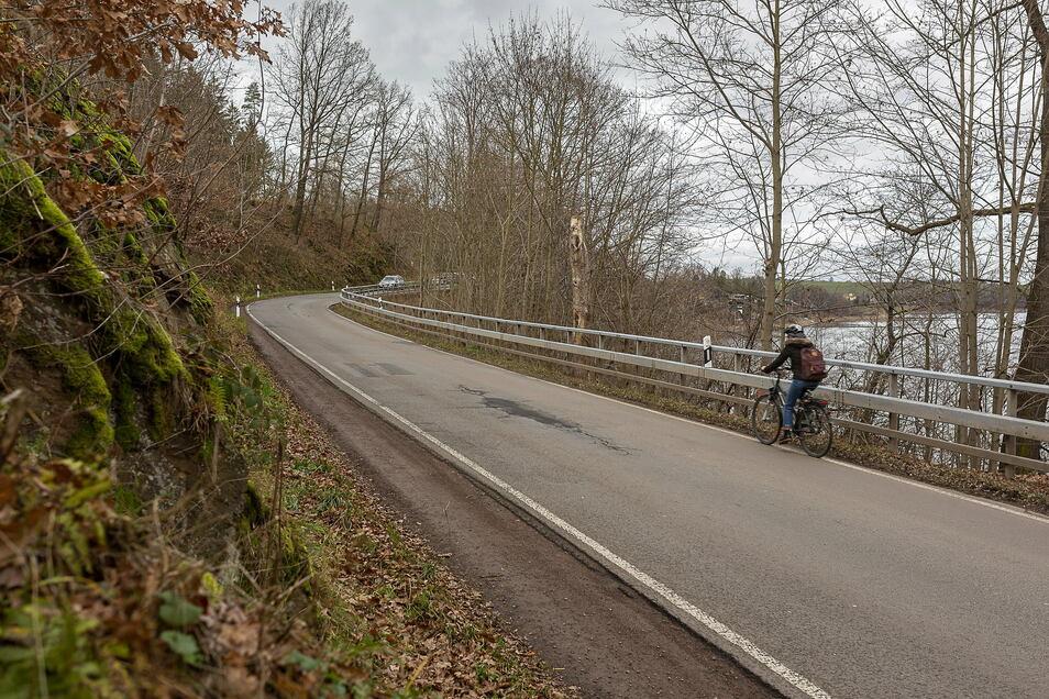 Schmal drückt sich die Straße von Dipps nach Paulsdorf zwischen Hang und Talsperre hindurch. Für Radfahrer und Fußgänger fehlt bisher ein eigener Weg.