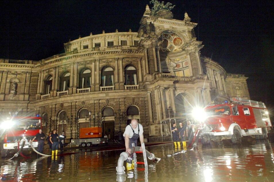 Die Hilfsbereitschaft der Feuerwehren ist enorm, sagt der Dresdner Chef Andreas Rümpel. 2002 nahmen Feuerwehren ganze Tagesreisen in Kauf, um in Dresden zu helfen.