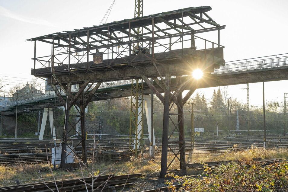 Der alte Portalkran vor der Blechbrücke im Riesaer Bahnhofsgelände soll erhalten bleiben.