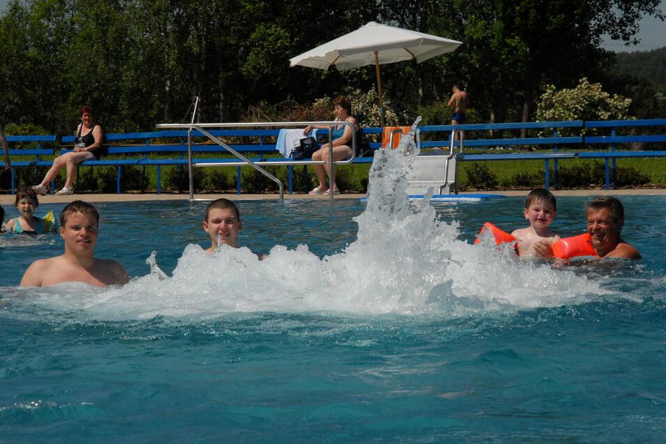 Wenn das Wetter heiß und sonnig ist, tummeln sich im Erlebnisbad Dorfhain viele Gäste. Doch in diesem Sommer sind Tage mit solchen Bedingungen selten.