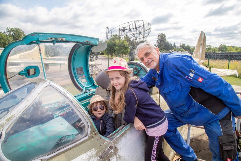 Lara (7) und Stella (5) aus Süßen bei Göppingen bewundern das Cockpit einer MiG 21 im Luftfahrtmuseum Rothenburg. Reinhard Röhle erklärt die Technik.