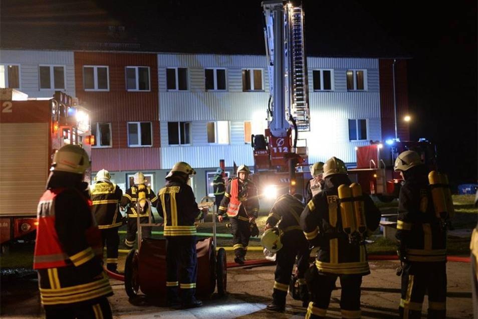 Bei einem Brand in einem Asylbewerberheim im Dippoldiswalder Ortsteil Schmiedeberg sind fünf Menschen leicht verletzt worden.