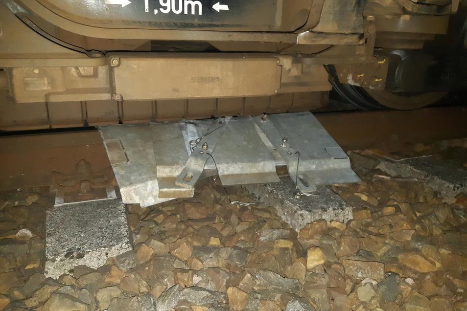 Die Weichenabdeckung hatte sich zwischen Schienenkopf und Bremsbacken verklemmt und konnte nur mit einer Brechstange gelöst werden.