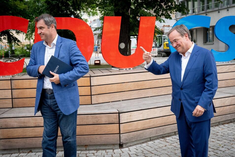 Markus Söder (l) und Armin Laschet geben vor einer Präsidiumssitzung ein Pressestatement. Am Montag hat die Union ihr Wahlprogramm beschlossen.