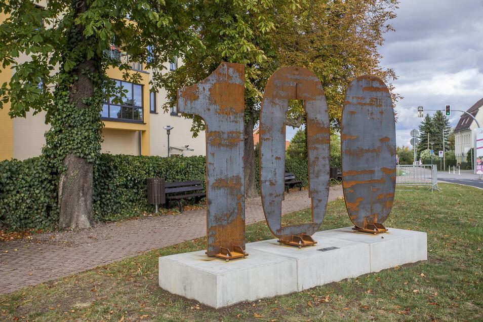 Weil Freital bald 100 Jahre alt wird, wandert diese Stele von Ortsteil zu Ortsteil.