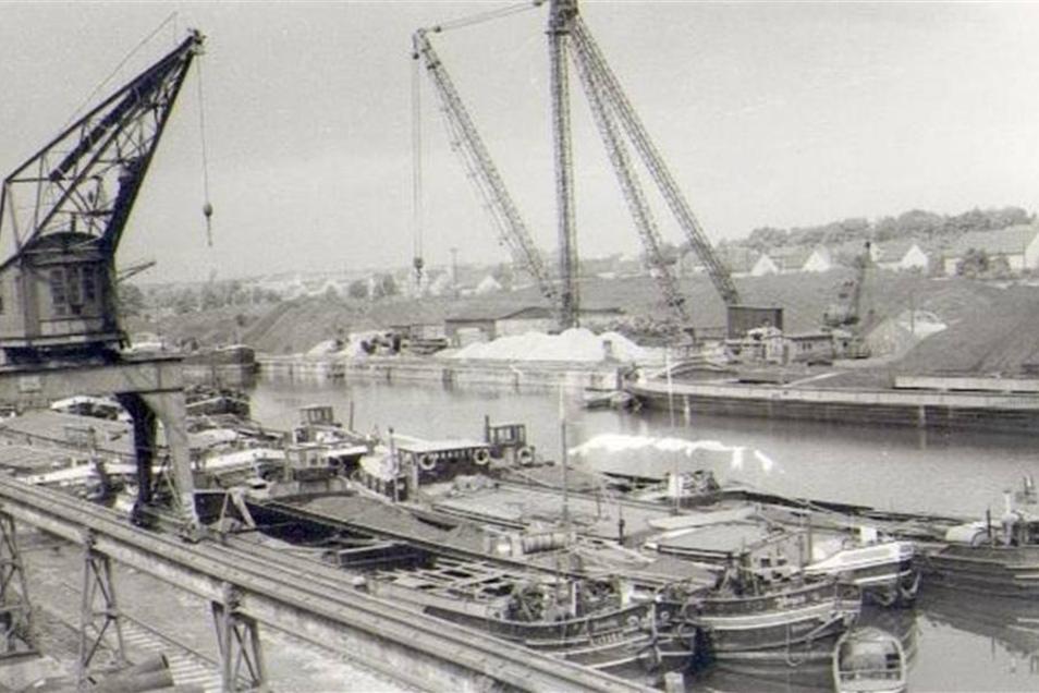 1962: Riesa beherbergt den zweitgrößten Binnenhafen der DDR – größer ist nur Magdeburg. Dennoch überaltern die Anlagen zusehends.  Fotos: SBO