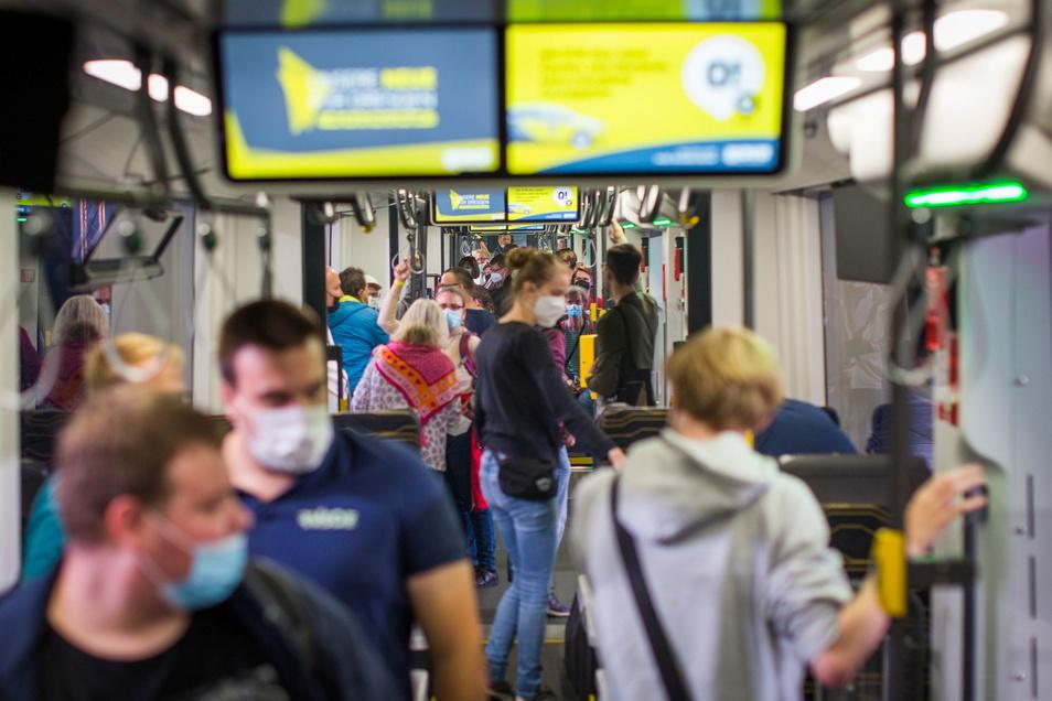 Fan-Inspektion: Neugierige Dresdner in neuen Straßenbahnwagen.
