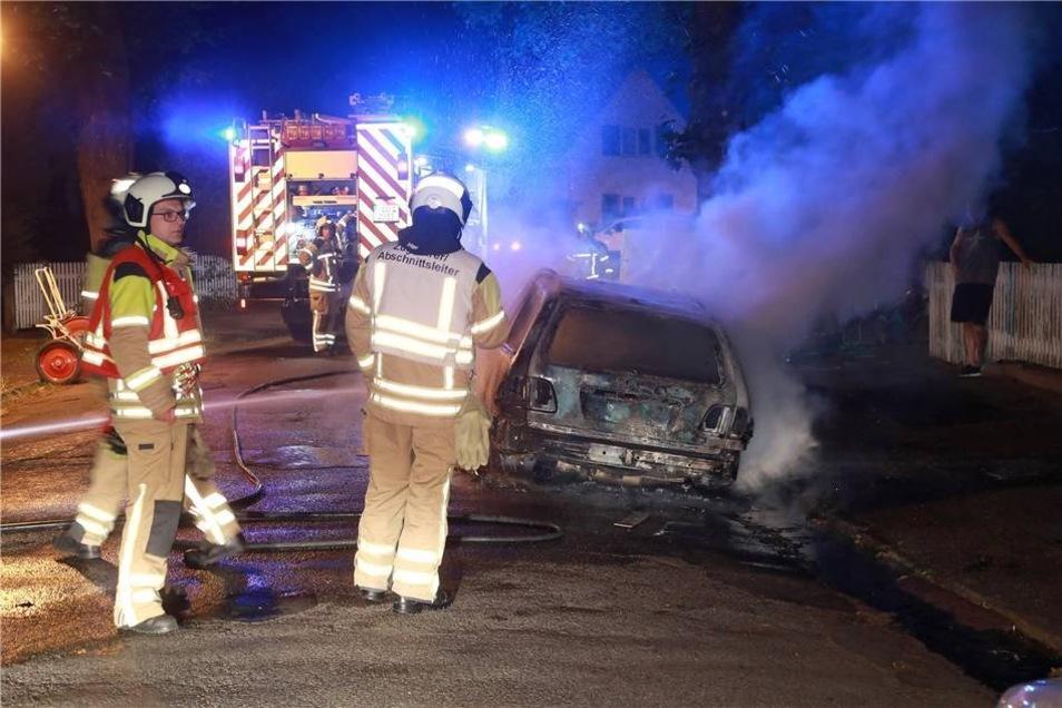 """Nur eine knappe halbe Stunde später wurden die Kameraden an die Straße """"Beim Gräbchen"""" gerufen, weil dort Flammen aus einem Mercedes-Benz schlugen."""