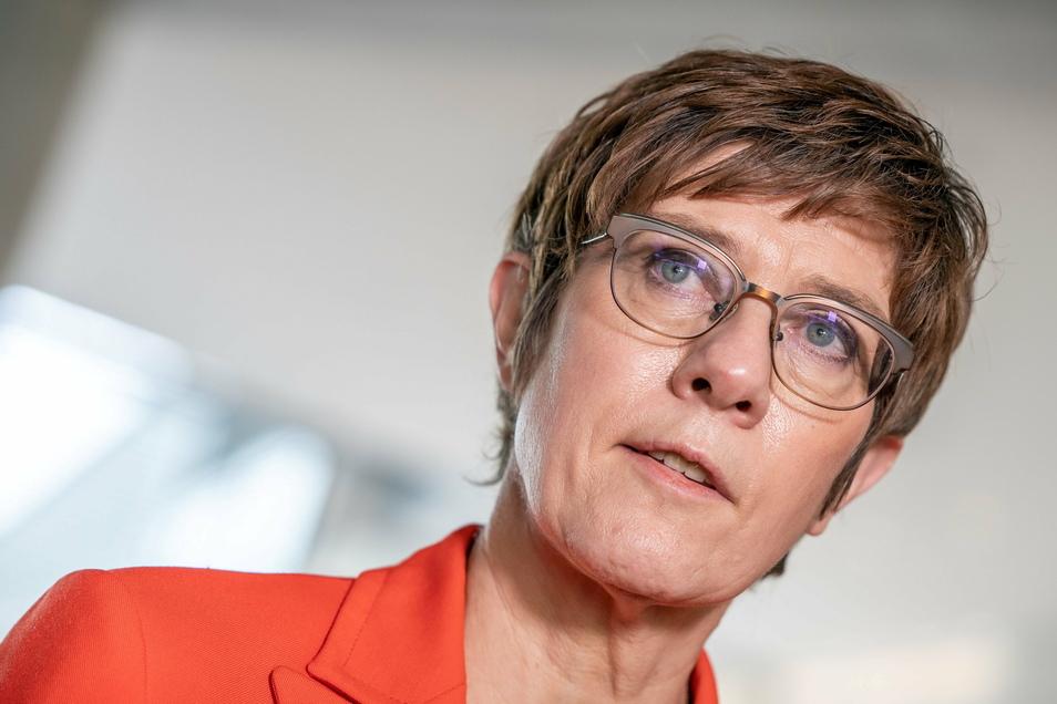 Verteidigungsministerin Annegret Kramp-Karrenbauer (CDU) hat Fehler ihres Hauses im Umgang mit der Munitionsaffäre beim Kommando Spezialkräfte (KSK) eingeräumt.
