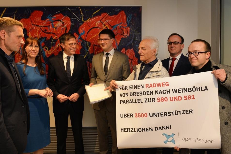 Mehr als  3.500 Unterschriften trägt die Petition, die am Mittwochabend an Landtagspräsident Matthias Rößler (3.v.l.) übergeben wurde.