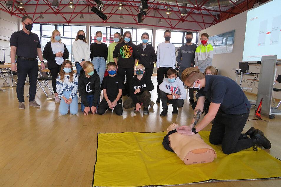Jugendreferent Benedikt Schmid demonstriert hier die Herz-Druck-Massage.