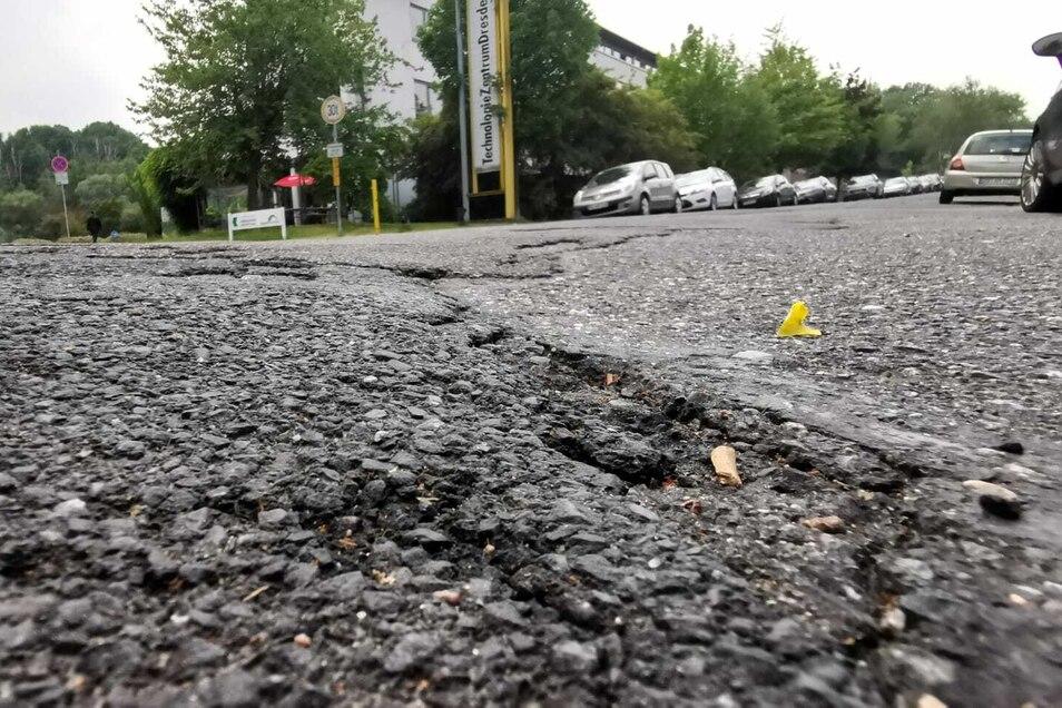 In der Gostritzer Straße reißt der Asphalt immer wieder auf, Schlaglöcher werden regelmäßig geflickt. In drei Jahren soll die Fahrbahn komplett saniert werden.