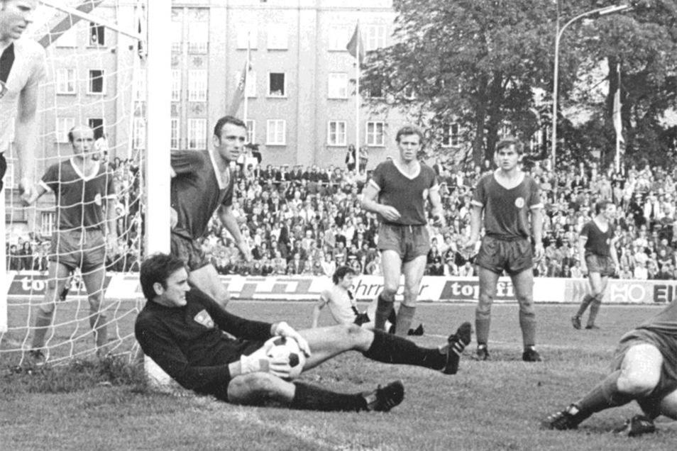 Beim Heimspiel 1974 gegen Dynamo fängt Stralsunds Torwart Dieter Schönig den Ball vor Klaus Sammer. Vorwärts gewinnt sensationell 2:1.