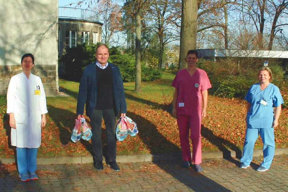 Mathias Hoinkis überbrachte dem Team der Kinderklinik 1.000 Euro und Süßigkeiten aus dem eigenen Hause.