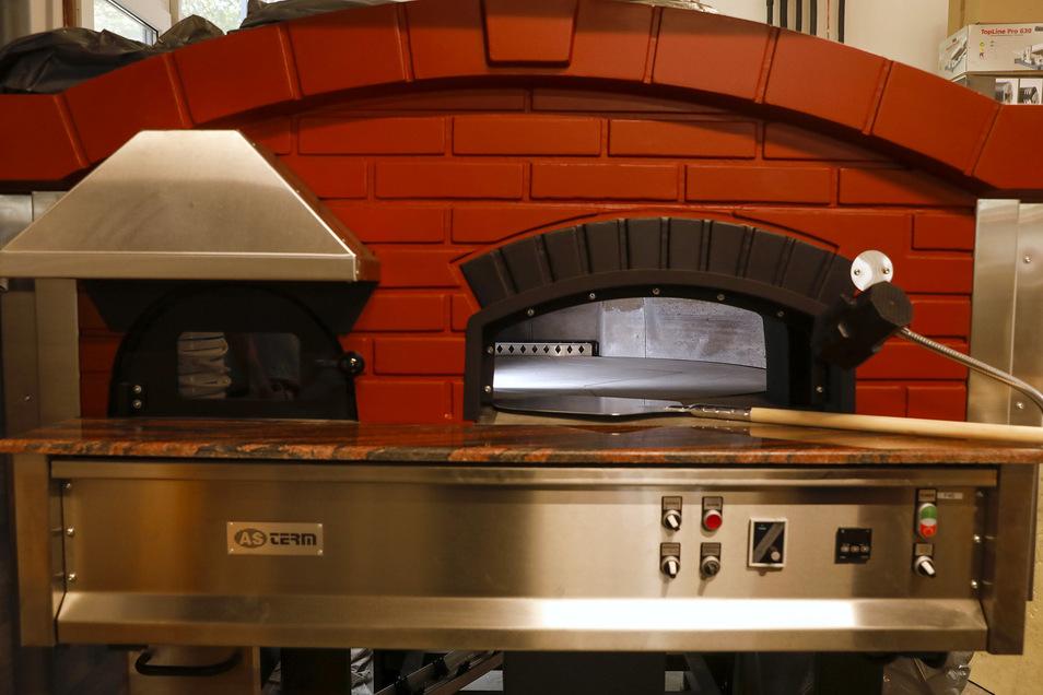 In dem Café steht ein großer Pizza-Backofen.