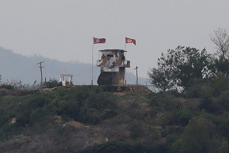 Eine nordkoreanische Flagge weht im Wind an einem militärischen Wachposten an der Grenze zu Südkorea.