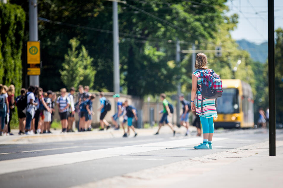 Viele Dresdner Kinder, wie hier am Gymnasium Tolkewitz, müssen mit Bus und Straßenbahn zur Schule fahren. Nicht selten durch die halbe Stadt.