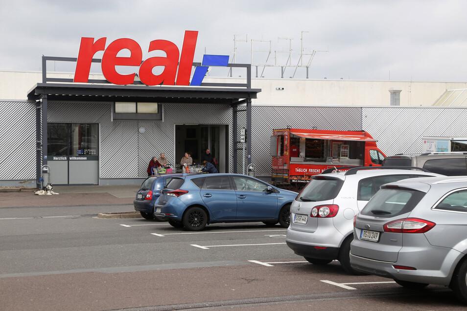 Rund 30 Märkte könnten nach dem Real-Verkauf schließen. Für die Mitarbeiter in Riesa könnte der Verkauf aber auch sein Gutes haben, heißt es von der Gewerkschaft.