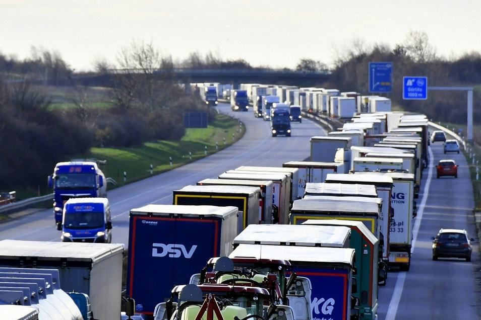 Weil Polen die Kontrollen verschärft hat, kommt es derzeit zu langen Wartezeiten am Autobahn-Grenzübergang.