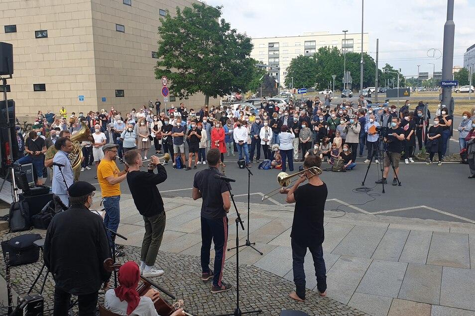 Mehr als 200 Menschen nahmen an der Demonstration vor der Synagoge teil.