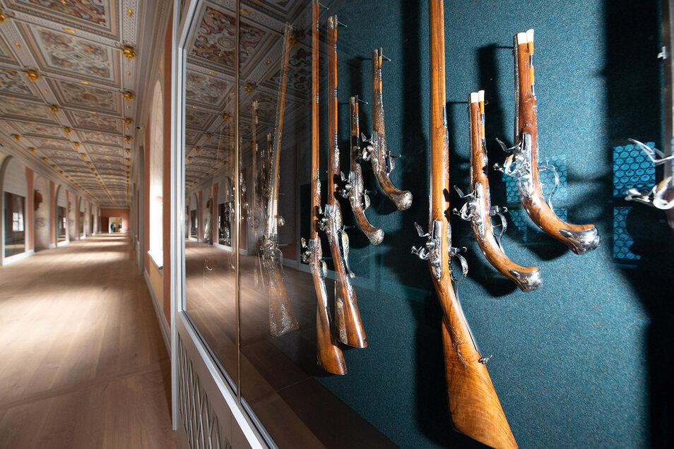 In dieser Mustervitrine sind schon einige der historischen Gewehre und Pistolen zu sehen.