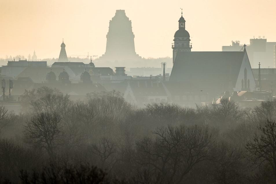 """Das Völkerschlachtdenkmal (M) steht hinter der Thomaskirche (r) im morgendlichen Gegenlicht: Leipzig führt die Top-250-Liste von """"Lonely Planet"""" an."""