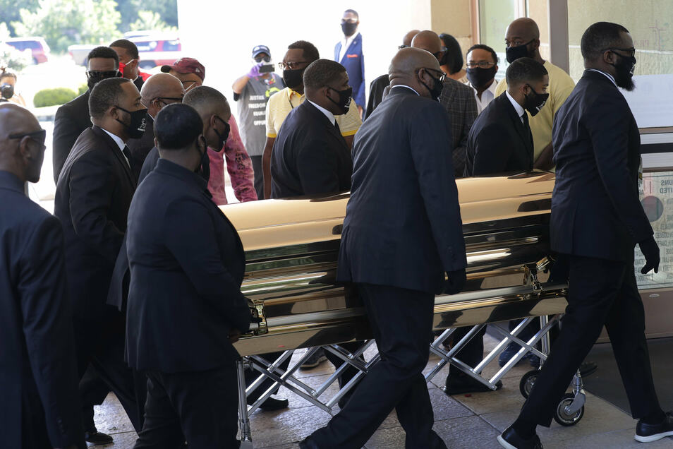 Der Sarg von George bei dessen Beerdigung im Sommer 2020. Nun belommt die Familie Schmerzensgeld zugesprochen.
