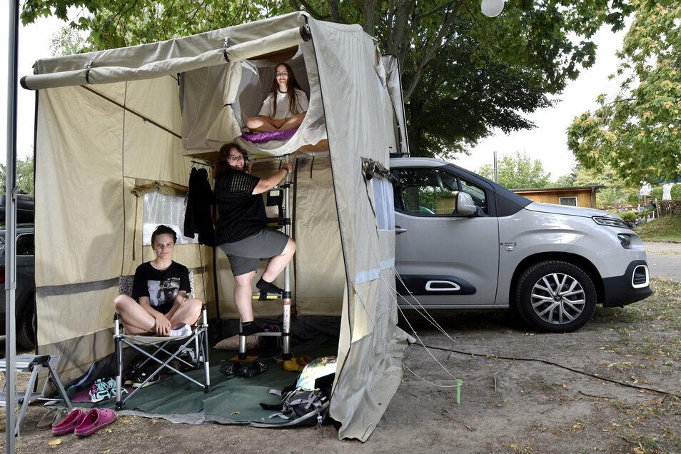 Brigitte Hielscher und ihre Töchter Silja (oben) und Linnea (unten) machen auf dem Campingplatz Dresden-Mockritz Urlaub.