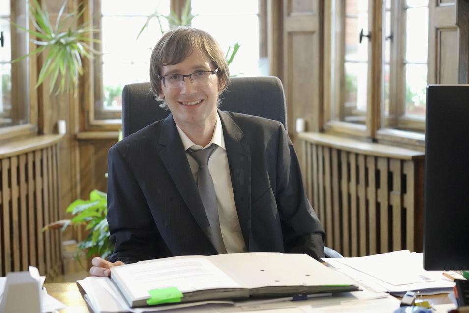 Der Schreibtisch ist voll: Christian Bartusch ist seit Dezember vorigen Jahres der neue Bürgermeister in Nossen.