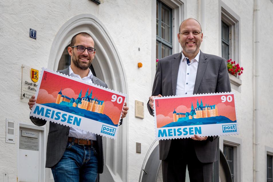 Meißens Silhouette ziert die neue Briefmarke des privaten Postdienstleisters Post Modern. Am Freitag überreichte sie Post-Modern-Chef Alexander Hesse (links) im Großformat symbolisch an Oberbürgermeister Olaf Raschke.