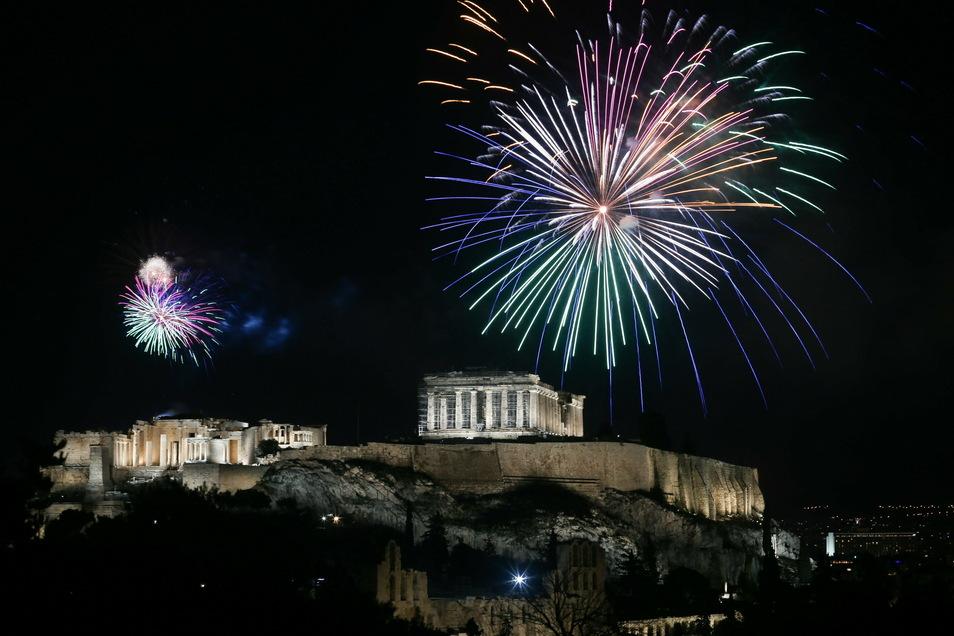 Griechenland, Athen: Ein Feuerwerk erleuchtet die Akropolis. In Griechenland wurde der Jahreswechsel landesweit mit riesigen Feuerwerken gefeiert - es wurde weitaus mehr geböllert als zuvor.