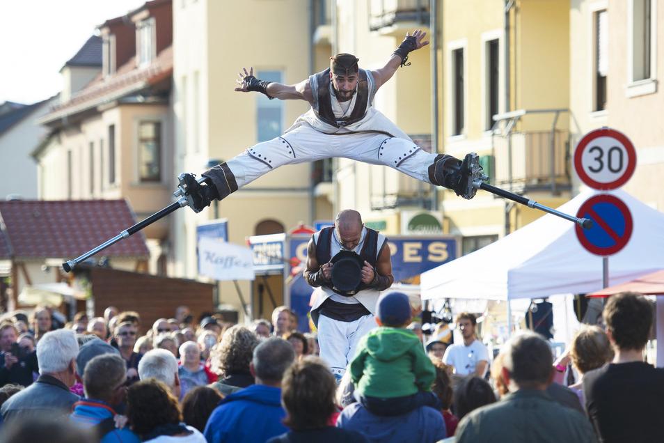"""Die fliegenden Akrobaten der Gruppe """"Cie. Tac O Tac"""" aus Frankreich schweben in dem Stück """"Take Off"""" mit Ihren federnden Stelzen über den Köpfen der Besucher und sorgen dabei mit ihrer waghalsigen und spektakulären Stelzen-Akrobatik für viel Begeisterung und Staunen."""