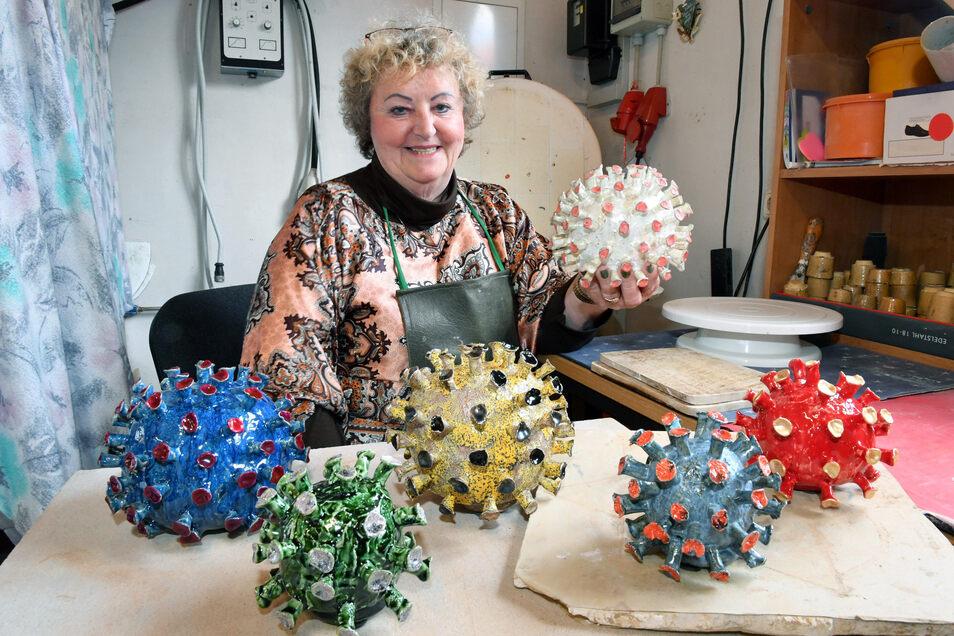 Hobbytöpferin Heidemarie Bücker aus Plessa stellt Corona-Viren aus Keramik her.