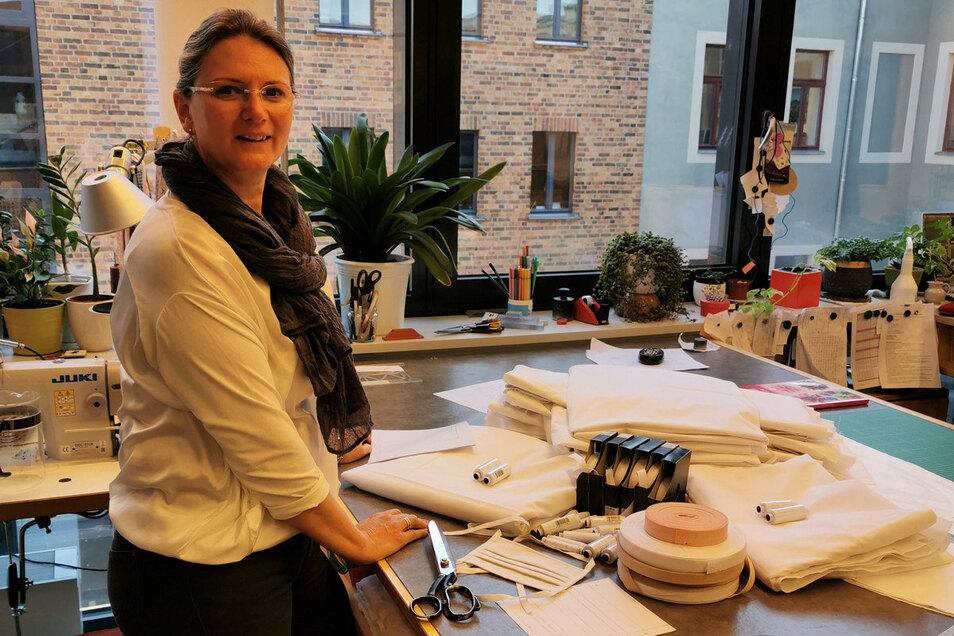 Claudia Brade koordiniert für das Theater Junge Generation das Nähen von Mundschutzmasken. Dafür arbeitet sie mit ihren Kolleginnen von der Staatsoperette zusammen.