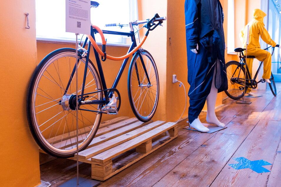 Ein Regenoverall für Radfahrerinnen und ein flexibles Fahrradschloss kommen aus der Leipziger Designschmiede Texlock .
