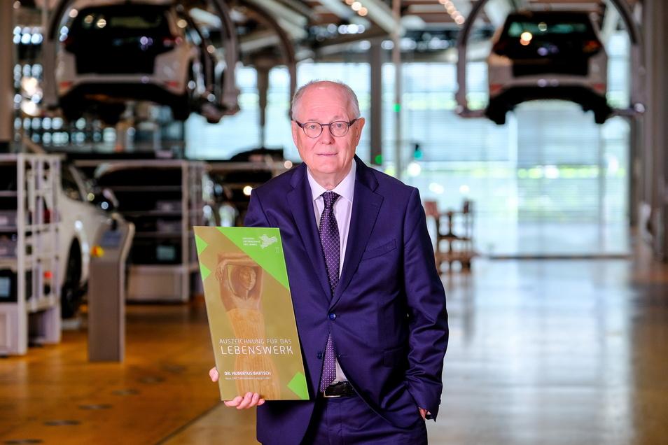 Hubertus Bartsch, Chef der Neue ZWL Zahnradwerk Leipzig GmbH, wurde für sein Lebenswerk geehrt. Der 76-Jährige hatte den insolventen Autozulieferer 1999 übernommen, wieder flott und erfolgreicher denn je gemacht.