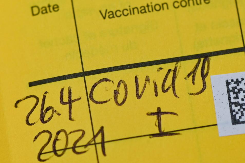 Auch wenn es das digitale Zertifikat irgendwann geben sollte, kann eine Impfung auch über den gelben Impfausweis nachweisen.