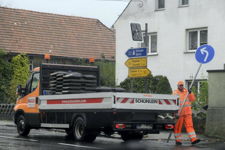 Die wegen Bauarbeiten seit April gesperrte Bundesstraße 98 ist seit heute Mittag wieder frei. Mitarbeiter der Firma Schönlein entfernten nicht nur die Absperrungen im Ort, sondern auch die zahlreichen Umleitungsschilder und Sperrmarkierungen im Umfeld.