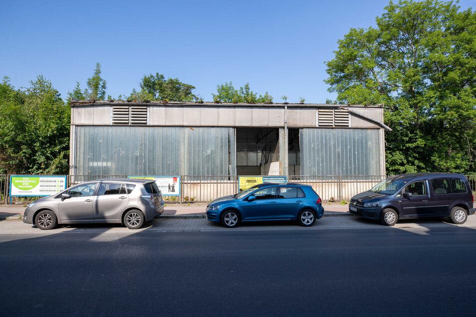 Leer, kaputt und zu vermieten: Die zum Grundstück gehörende Halle an der August-Bebel-Straße.