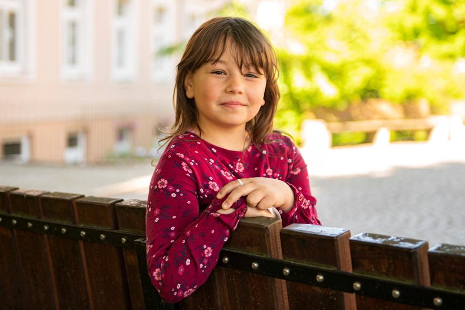 Geraldine lernt auch in der zweiten Klasse. Sie ist froh, endlich wieder ihre Freunde in der Schule sehen zu dürfen und wünscht sich, dass auf der ganzen Welt endlich Corona verschwinden möge.
