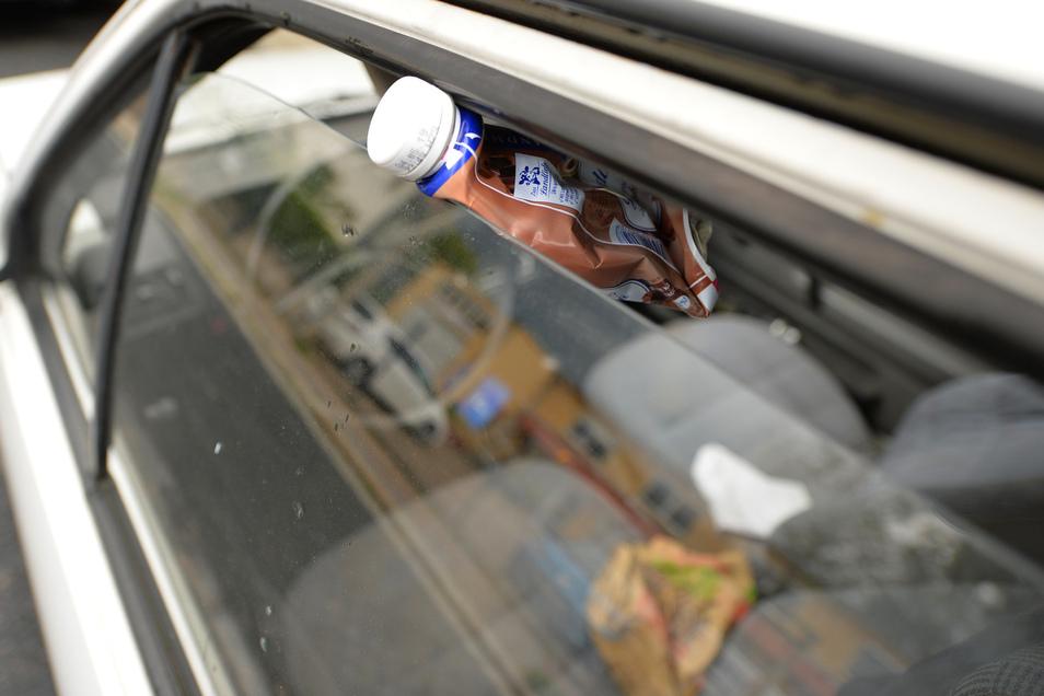 Die Fahrerscheibe ist einen Spalt geöffnet. Das reicht für manche, um ein altes Auto auf der Wiesenstraße als Mülleimer zu benutzen. Seit Monaten gammelt die Schrottkiste dort vor sich hin.