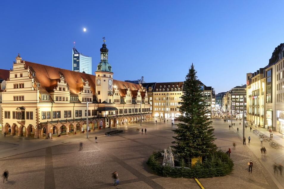 Nur der geschmückte Weihnachtsbaum steht auf dem Leipziger Marktplatz. Eigentlich würde der Weihnachtsmarkt in diesen Tagen beginnen.