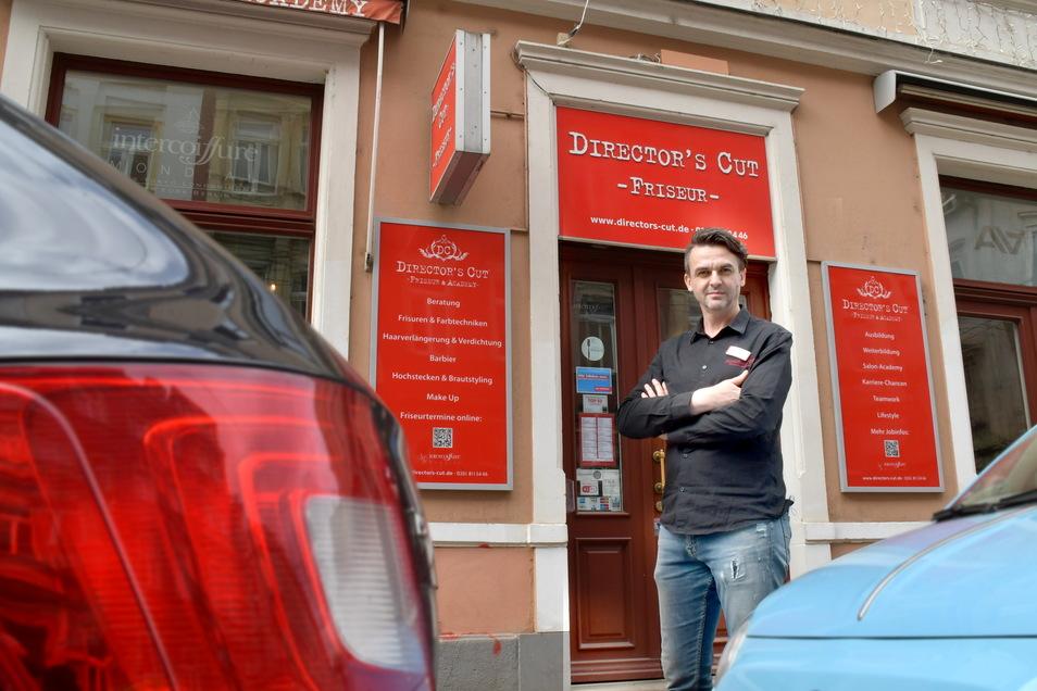 Friseurmeister Christoph Steinigen hat bereits zwei Mitarbeiter verloren, weil sie die hohen Parkgebühren vor dem Salon in der Dresdner Neustadt nicht bezahlen wollen.