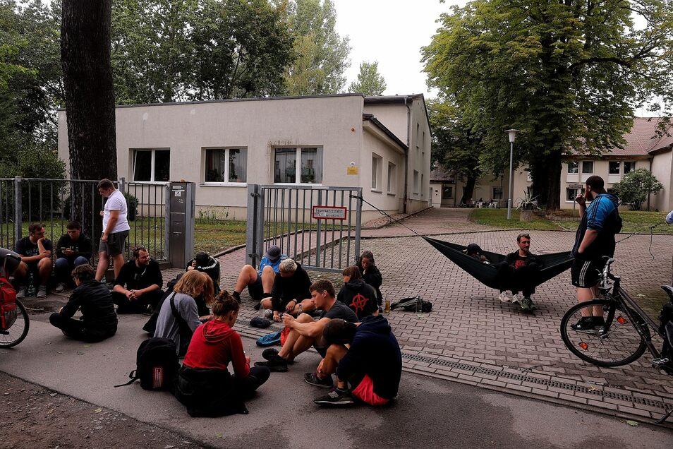 Vor der Unterkunft Hubertusstraße 36c protestierten Dresdner gegen die geplante Umsiedlung von Bewohnern.