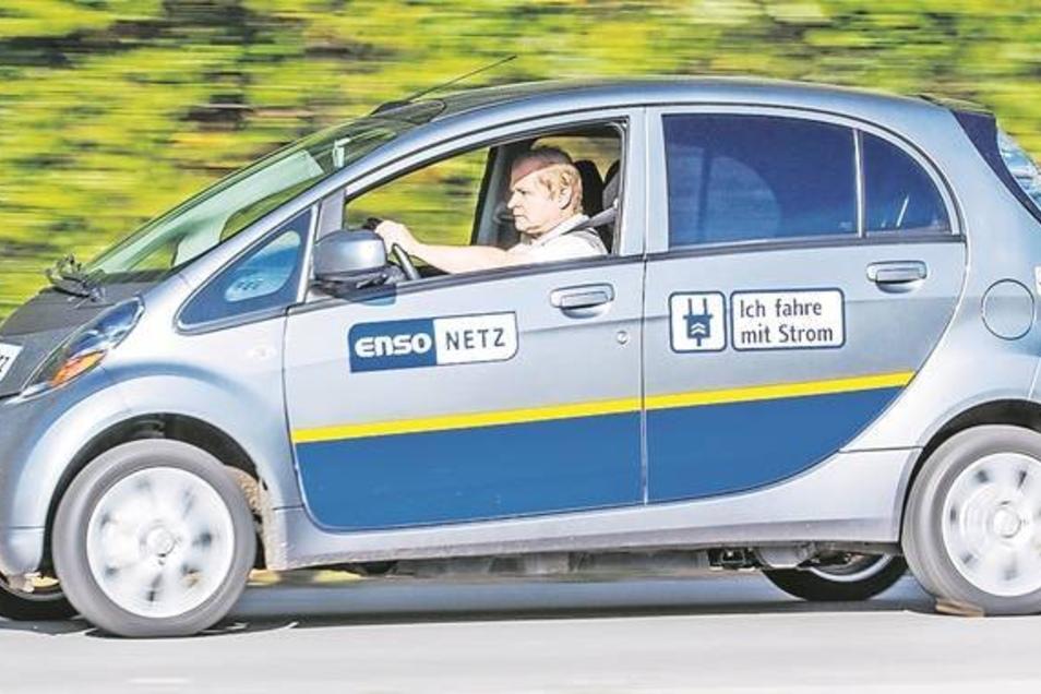 Klein, leise, schnell und mit Strom ist René Hille mit dem Mitsubishi im Landkreis unterwegs. Er testet den Wagen für den Energieversorger Enso. Fotos: Eric Münch (2)
