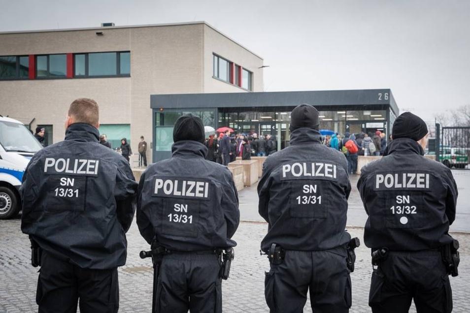 """Unter großen Sicherheitsvorkehrungen hat heute in Dresden der Prozess gegen acht Mitglieder der """"Gruppe Freital"""" begonnen."""
