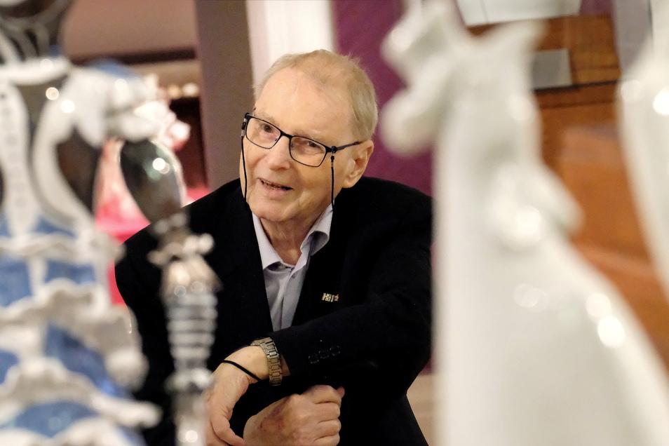 Findet den Rummel um seine Person übertrieben: Manufakturist Peter Strang bei der Eröffnung der neusten Sonderausstellung umgeben von seinen Porzellankunstwerken.